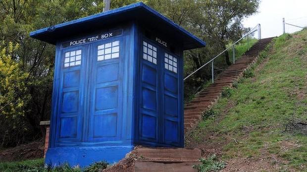 street-art-the-doctor-box-blue