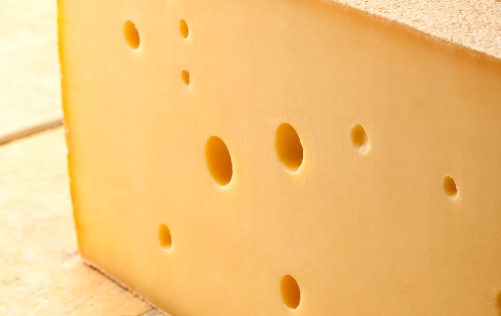 Cet homme lit l'avenir dans les tranches de fromage